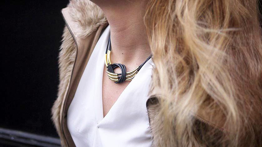 collier-noir-dore02