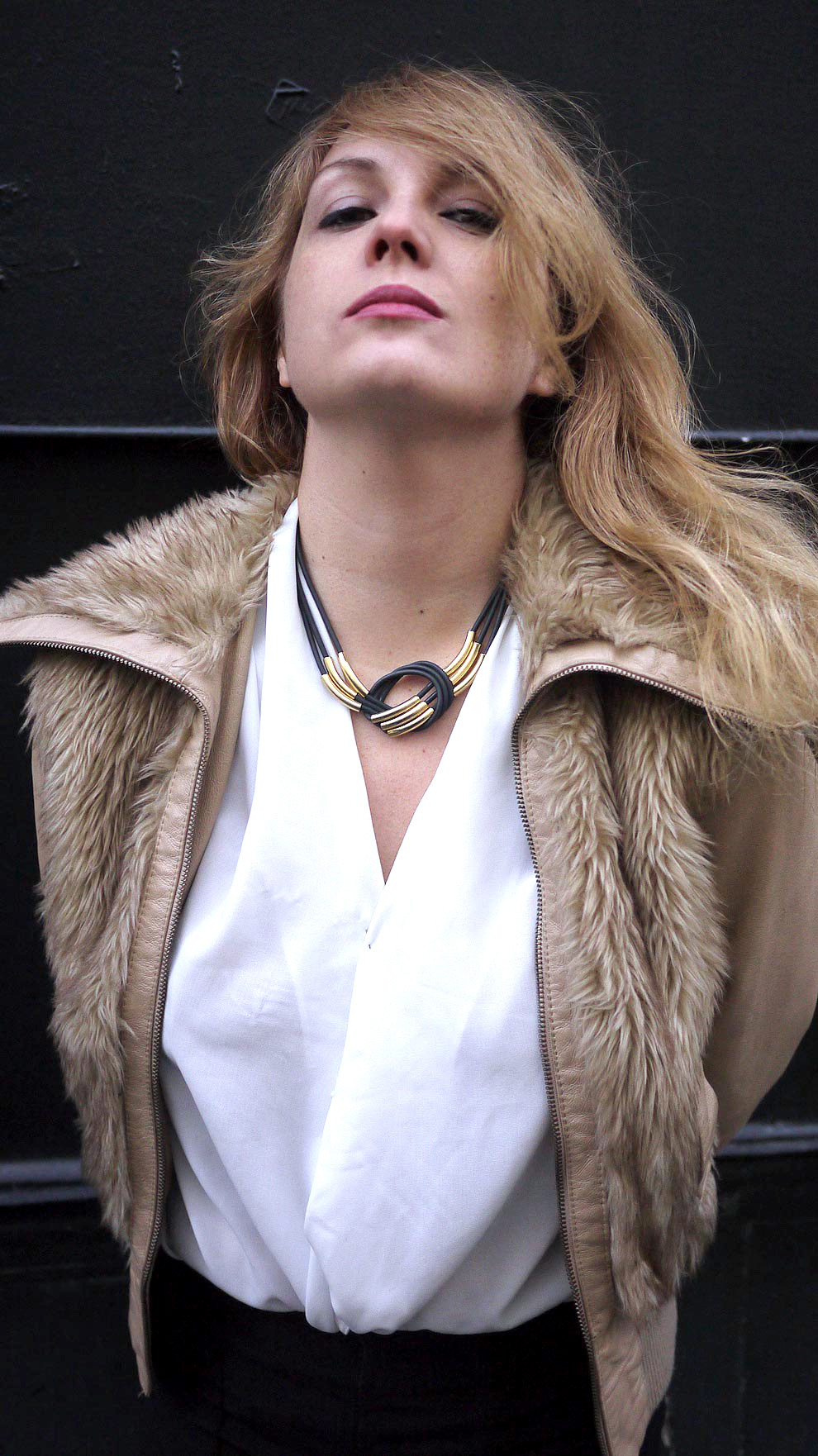 collier-noir-dore03
