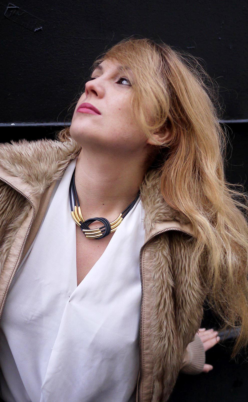 collier-noir-dore05