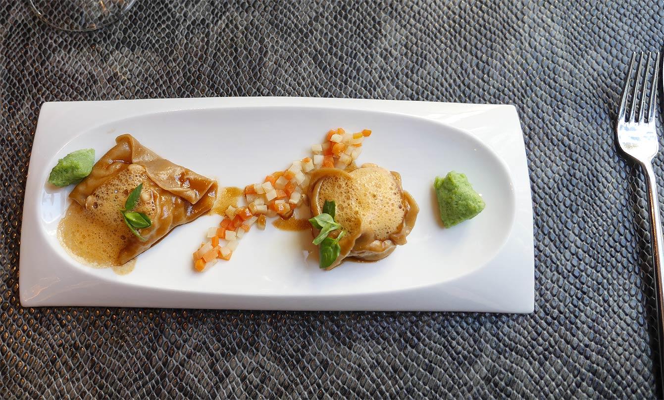 Raviole de Tourteau, cebette thaï & suc d'une homardine