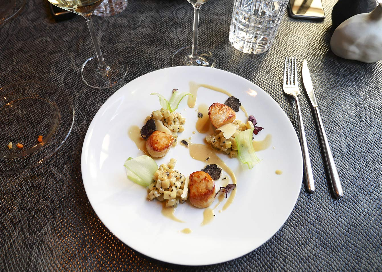 Saint-jacques de la baie de Seine, céleri truffé comme un risotto & amertume de vermouth