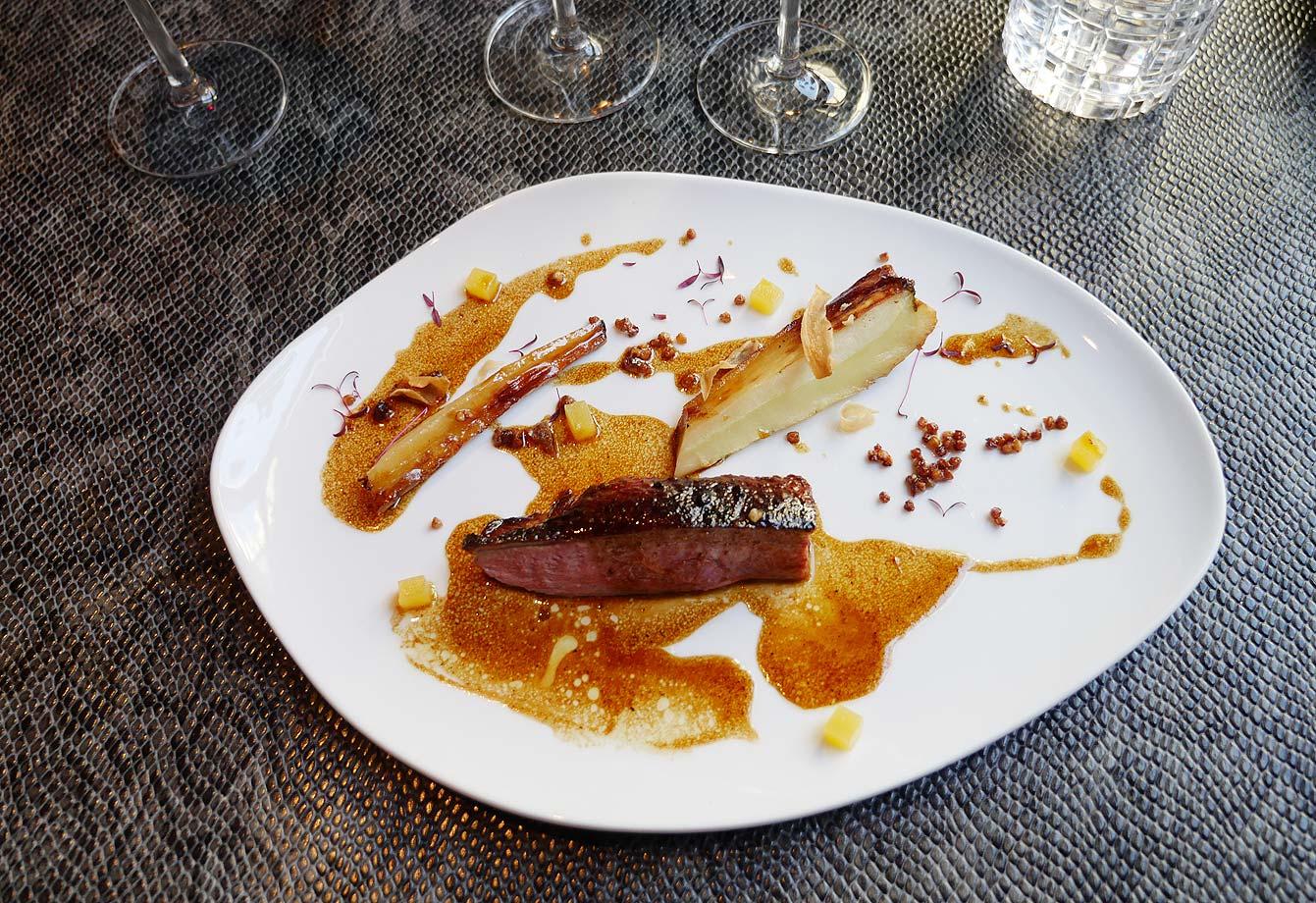 Filet de bœuf de bavière, potimarrons rôtis au miel, romarin, champignons des bois et éclats de châtaignes