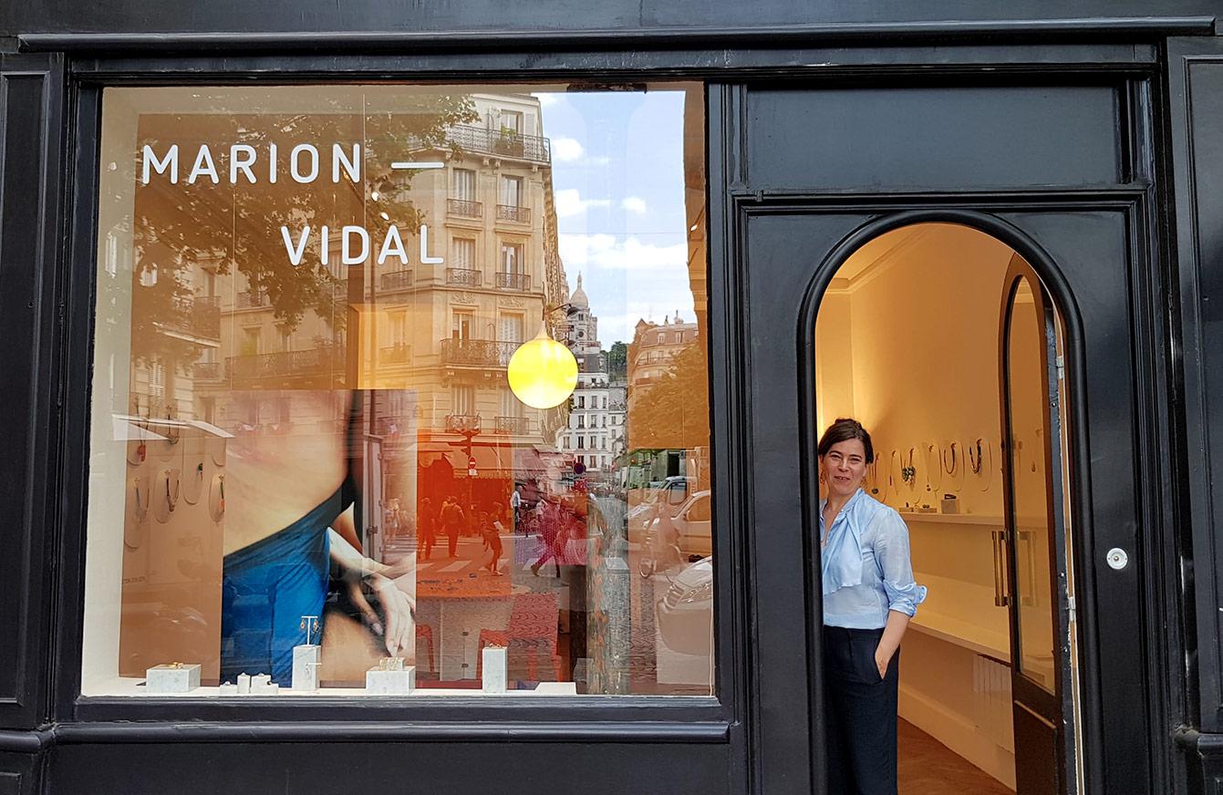 Marion Vidal devant sa boutique à Trudaine