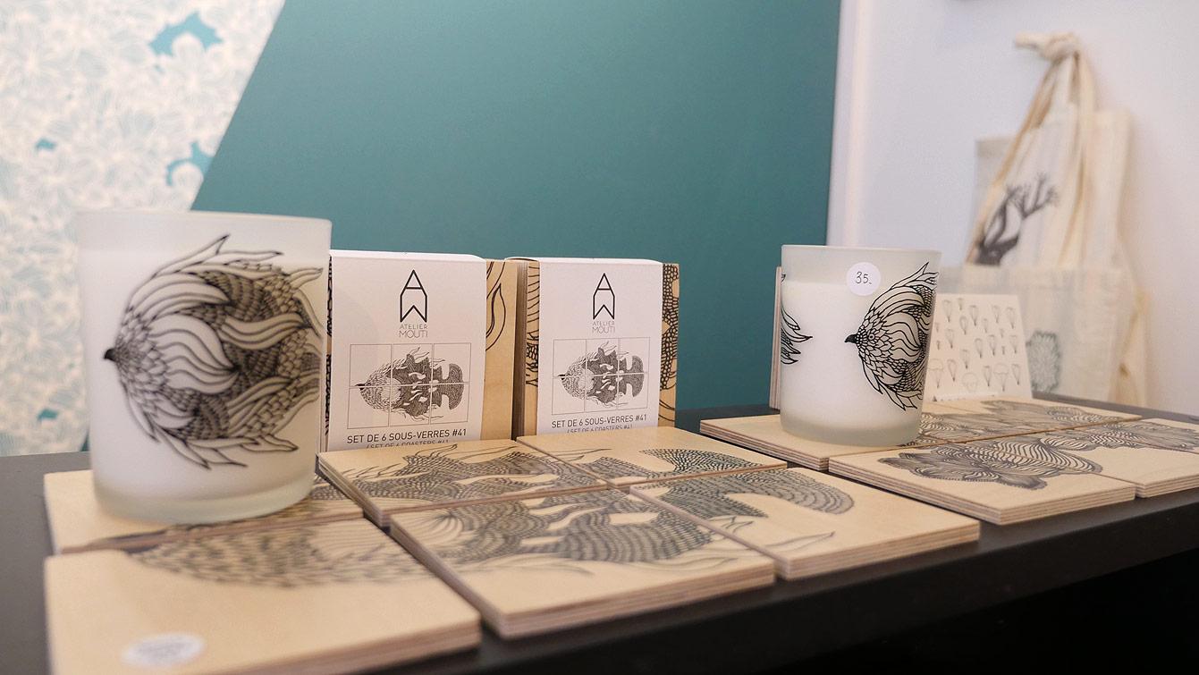 Atelier Moutiimagine, créé et distribue du papier peint mais aussi de la papeterie et des objets graphiques.