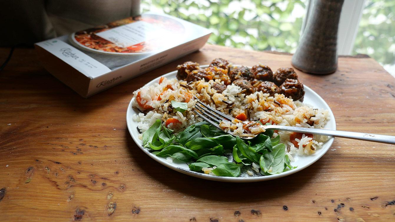 Boulettes de bœuf, duo de riz blanc et sauvage, compotée de tomates