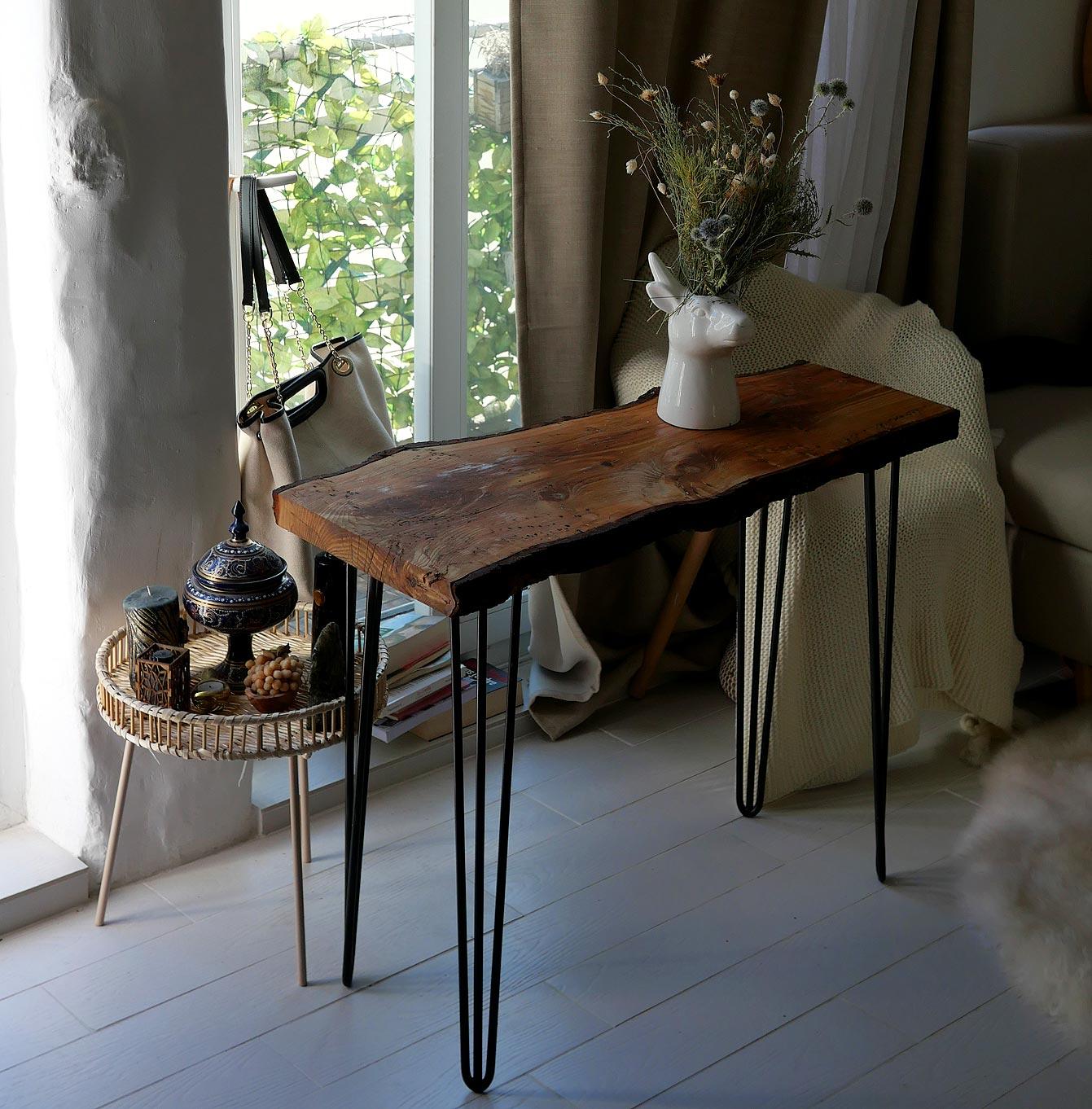 Table en bois brut et massif dans un salon