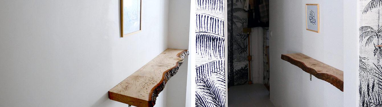 Etagère en bois brut, massif dans un couloir