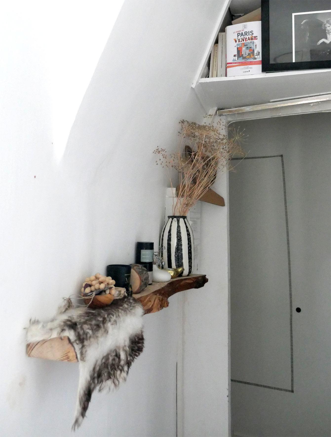 Etagère en bois brut, massif dans une chambre
