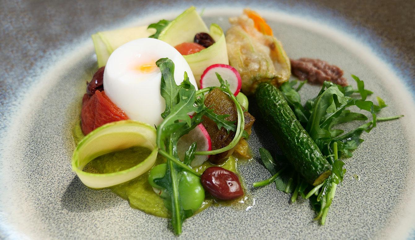 Niçoise de légumes, beignets de courgettes, œuf mollet, anchois Risotto au carnaroli, artichauts au poivre